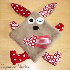 Doudou lapin en polaire tout doux : Jeux, peluches, doudous par capitaine-doudou Baby Couture, Couture Sewing, Baby Sewing Projects, Sewing For Kids, Fabric Toys, Fabric Crafts, Sewing Toys, Sewing Crafts, Baby Crafts