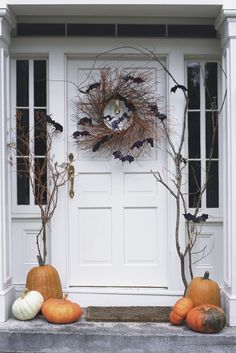 These DIY Halloween Wreath ideas will definitely make your home entrance look scary. Get these ideas for final touch up of your Halloween decoration. Halloween Veranda, Casa Halloween, Halloween Front Doors, Spooky Halloween Decorations, Halloween Home Decor, Holidays Halloween, Farmhouse Halloween, Halloween Entryway, Halloween Door Wreaths