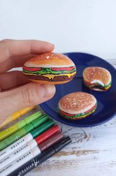 Painted rocks with Hamburger - Yummy rock painting tutorial with Artistro paint. Painted rocks with Hamburger – Yummy rock painting tutorial with Artistro paint pens. Rock Painting Patterns, Rock Painting Designs, Stone Crafts, Rock Crafts, Pebble Painting, Stone Painting, Pottery Painting, Paint Pens For Rocks, Art Pierre