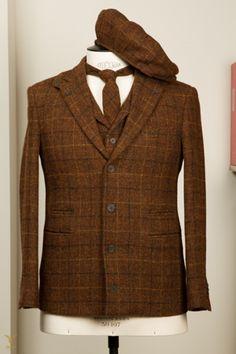 Harris Tweed garderobe 7-delig; Pak, Colbert, Vest/Gilet, Pantalon, Four Plus broek, (Vlinder) Das & Yorkshire Cap. Harris Tweed 7 piece creation; Suit, Jacket, Waistcoat, Trouser,…