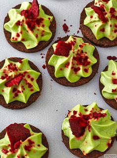 Was wäre eine Party ohne einen Hingucker? Filigran ziert die Rote Bete die leuchtende Avocadocreme auf Pumpernickel.
