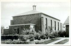 """1962: Gereformeerde Kerk vrijgemaakt Zwolle - Berkum aan de Campherbeeklaan 69: hoek Abelenlaan, 1962. De kerk staat ook wel bekend als de """"Ichtuskerk"""". Op deze foto is de vis (=ichtus) op de muur van de kerk afgebeeld."""