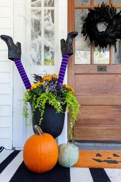 3 DIY Porch Planters for Halloween Halloween Veranda, Casa Halloween, Outdoor Halloween, Halloween Ideas, Halloween Party, Halloween Balloons, Haunted Halloween, Halloween Halloween, Plastic Pumpkins