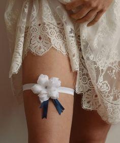 Podwiązka ślubna z kwiatem formowanym ręcznie. W środku znajduje się drobny, metalowy kwiatuszek.   Do kupienia w sklepie online Madame Allure!  #podwiązka #ślub Wedding Garters, Fashion, Moda, Fashion Styles, Fasion