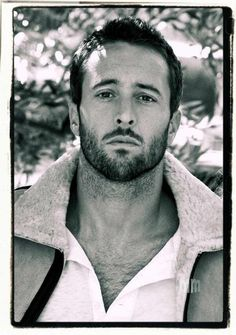Alex O'Loughlin-Gorgeous Man Alex O'loughlin, Hairy Men, Bearded Men, Pretty People, Beautiful People, Hawaii Five O, Pose, Hommes Sexy, Hot Actors