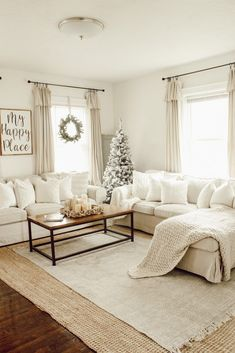 Are you searching for pictures for farmhouse living room? Check out the post right here for amazing farmhouse living room inspiration. This particular farmhouse living room ideas appears to be totally terrific. Living Pequeños, Cozy Living Rooms, Living Room Interior, Home Living Room, Living Room Designs, Simple Living Room Decor, How To Decorate Small Living Room, Cream Living Room Furniture, Curtain Ideas For Living Room