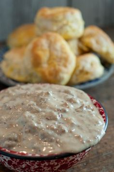 Theres nothing as good as Homemade Sausage Gravy and its really simple to make! A great weekend breakfast and even an easy weeknight supper! Easy Homemade Gravy, Homemade Sausage Gravy, Sausage Gravy And Biscuits, Pecan Praline Cake, Butter Pecan Cake, Kentucky Butter Cake, Best Sausage, Sweet Butter, Breakfast Recipes