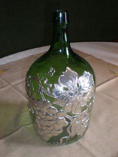 Decantadores para vinho c/ aplicação de Estanho                           Descrição: Decantadores para vinho c/aplicaçõesem estanho   ... Tin Foil Art, Aluminum Foil Art, Aluminum Can Crafts, Tin Art, Glass Bottle Crafts, Wine Bottle Art, Painted Wine Bottles, Diy Bottle, Soda Can Crafts