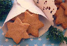 Nestes dias que antecedem o Natal sabe bem acender o forno e deixar a casa perfumada com o cheiro das especiarias. Estas bolachas de amêndoa, limão e canela são tão perfumadas como são gostosas e t...