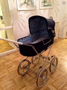 Hej! Säljer min fina Emmaljunga barnvagn. Utsidan är i filtliknande orginaltyg (marinblått) men inte ens lite solblekt och fodret är nybytt av Vanjas Vagnar som arbetar med att restaurera retrovagnar. Har även topplock till vagnen som även det är i ...