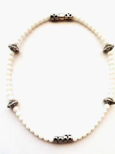 ESK 1015 - Eine weiße Halskette aus Natursteinperlen Jade – in Weiß 6mm macht aus dieser Kreation ein besonderes Schmuckstück. In der vorderen Mitte wurden zwei Metallperlen silberfarben eingearbeitet und rechts und links in Abständen jeweils zwei weitere schön gearbeitete Metallperlen silberfarben. Jade, Pearl Necklace, Pearls, Jewelry, Design, Fashion, Semi Precious Beads, Natural Stones, String Of Pearls