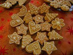 Mézeskalács a karácsonyi sütemények legfinomabbika. Azonnal puha, nem kell várni, hogy vissza puhuljon. Nagyon ízletes édes sütemény.