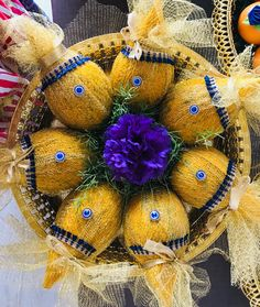 Indian Wedding Gifts, Desi Wedding Decor, Bridal Gift Wrapping Ideas, Coconut Decoration, Indian Diy, Baby Shower Plates, Thali Decoration Ideas, Decorated Gift Bags, Flower Rangoli