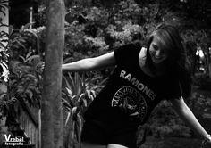 V Rebel Fotografia - Fotografia de moça. Ao ar livre. Preto e branco #fotografiaderetrato #portrait #girl #woman #fotografia #beleza #mulher #moça #retrato #beauty #sintaselinda #womanportrait  #blackandwhite #pretoebranco