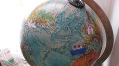 Hoe komt die post van over de hele wereld tot bij ons? Visueel voorstellen met wereldbol
