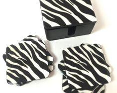Un juego de 6 posavasos de madera. Los posavasos son 100% pintado a mano. Cada montaña está pintado sobre madera con colores acrílicos. Esta caja y posavasos viene pintada en colores brillantes. Después de la caja y posavasos pintados a mano, están cubiertos con una capa de resina transparente para sellar y proteger la pintura. Cada pieza es original y creado en nuestro estudio. Colores pueden variar ligeramente debido a las diferencias de la computadora. Limpie con un paño húmedo. No… Coaster Art, Laser Cutter Projects, Wood Coasters, Clear Resin, Acrylic Colors, Beautiful Bags, Painting On Wood, Bright Colors, Cleaning Wipes