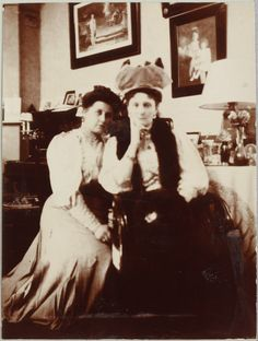 Anna Vyrubova acompanha a imperatriz Alexandra Feodorovna em Tsarskoye Selo em 1908.