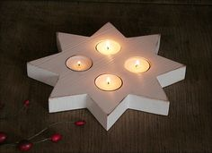 Großer Stern aus Holz mit Teelichteinsätzen (ohne Teelichter). 25 cm Durchmesser, 2,5 cm dick. Echtholz, in shabby Weiß gestaltet und seidenmatt endlackiert. Wunderschöne Deko für die...