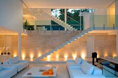 Casa na praia de Iporanga tem espaços integrados e com base monocromática; veja - Casa e Decoração - UOL Mulher