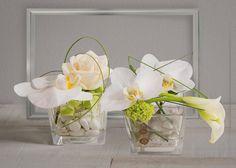 Duo Zen: Duo de cubes en verre avec orchidées, roses et callas blancs délicatement arrangés #zen #orchidées #roses #callas