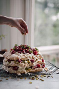 The famous pavlova cake: an irresistible, airy dessert that boasts a crisp meringue shell and marshmallowy inside. Enjoy this delicious pavlova cake recipe.
