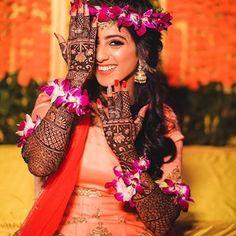 Bride with full hand of mehndi and highlight shining makeup with peach lehnga. Mehendi Photography, Indian Wedding Couple Photography, Indian Wedding Bride, Bride Photography, Photography Ideas, Bridal Poses, Bridal Photoshoot, Wedding Poses, Wedding Mehndi Designs