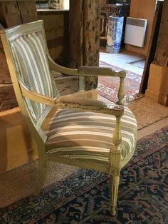 Paire de fauteuils en bois mouluré et laqué, époque Louis XVI Ht dossier 90 cm Largeur assise 58 cm