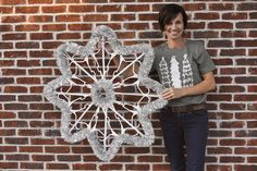 Diy plastic hanger snowflake If you want a fun and unique Christmas decoration your going to live this DIY. The post Diy plastic hanger snowflake appeared first on DIY Crafts. Snowflake Wreath, Christmas Snowflakes, Christmas Fun, Hanger Christmas Tree, Dollar Tree Crafts, Christmas Projects, Holiday Crafts, Unique Christmas Decorations, Snowflake Decorations