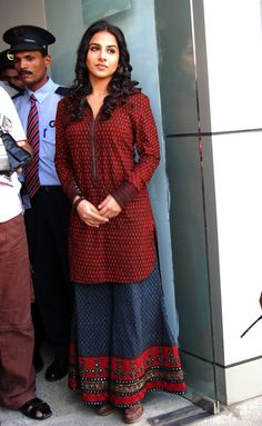 Vidya Balan in a pair of Palazzos.I got crazy about Palazzos after seeing this pic Salwar Designs, Blouse Designs, Pakistani Outfits, Indian Outfits, Pakistani Frocks, Modest Fashion, Fashion Outfits, Women's Fashion, Look Retro