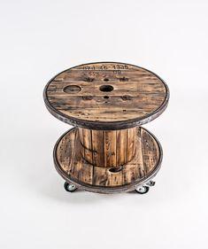 Producto de upcycling. El carrete de cable industrial vintage fue pulido para arriba y convertido en una mesa con ruedas. Dos de los cuatro roles se determinan para fijar la tabla. El anillo de acero fue cepillado. Los listones de madera constan de varias coníferas. Pulido y barnizados para un acabado brillante. Por el final, la tabla es ideal como mesa de jardín o terraza. H 620 diámetro 710 Nota: Indica que usamos materiales naturales. El grano y la textura de cada madera es…