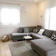 Heute zeige ich euch ein Foto von unserer #Couch - passend zur #instagraminteriorchallenge Ich finde es sieht noch etwas leer hier aus. Vielleicht kaufe ich noch ein paar Kissen und ein Bild für die Wand. Was meint ihr? ... #newhome #neueszuhause #sofa  #wohnzimmer #livingroom #interior #nordicinterior #scandicinterior #blackandwhite #nordichome #scandichome #minimalismus #minimalism #solebich #interior123 #nordiskehjem #interiorinspo #nordicinspiration