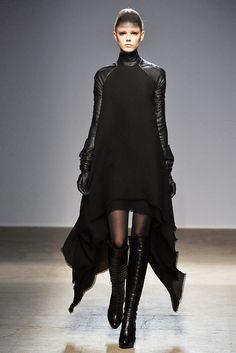 Gareth Pugh Fall 2010 Ready-to-Wear Fashion Show - Frida Gustavsson (IMG)