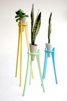 """<span style=""""color: rgb(92, 92, 92); font-family: Helvetica; font-size: 14px; text-align: justify;"""">CRETA es un florero o matera para plantas suculentas que requieren poco agua. Base: pino natural lacado semimate, o MDF lacado color (azul, verde menta, amarillo, blanco) Matera: concreto</span>"""
