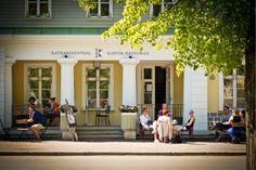Katharinenthalin kahvila-ravintola sijaitsee hurmaavalla paikalla Kadriorgin puiston Joutsenlammen vieressä ja palatsin Kukkapuutarhan tuntumassa. Täällä onnistuu lähes kaikki – aamiaisesta kahvihetkeen, illalliseen ja drinkin nauttimiseen. Paikassa on  romanttista tunnelmaa. Kahvilassa on oma lista lapsille ja paikkaan ovat tervetulleita myös lemmikit.