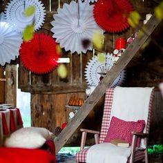 Idée décor cosy et joyeux en rouge et blanc, idée de photobooth #photobooth #deconoel #noelrougeetblanc #noel2017 #fetes2017 #rosaces #lampions #reveillon #christmasdecor #weihnachten2017  #holidaydecor #paperfans #redandwhitechristmas #partystylist #eventdecor Rustic Christmas, Red Christmas, Backdrops For Parties, Paper Lanterns, Christmas Inspiration, Photo Booth, Table Decorations, Backdrop Ideas, Holidays
