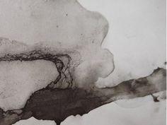 """Ce détail d'un dessin de Victor Hugo est abstrait. Une ligne pâteuse et oblique part du coin inférieur gauche jusqu'au tiers (bas) de la bordure de droite. Elle semble émerger d'une grosse tâche (une """"auréole ?"""" dont le centre serait sur la bordure gauche, au tiers en partant du bas  - Lié au poème """"Paulo minora canamus"""", du recueil """"Les Chansons des rues et des bois (II. Les Coplications de l'idéal)"""" de ce même Victor Hugo."""
