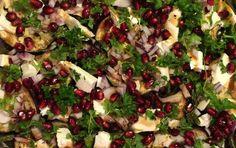 Bagt bønnesalat med tynde skiver bagt aubergine, finthakket rødløg, cremet feta, friske granatæblekerner, persille og balsamico vinaigrette.