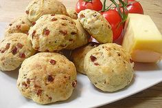 Pizzabrötchen - New Site Pizza Buns, Pizza Rolls, Pizza Snacks, Snacks Für Party, Pizza Muffins, School Snacks, Potato Recipes, Pepperoni, Feta