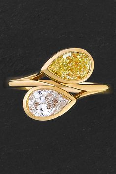 Beauty is in the eye of the beholder! Get inspired by this beautiful beautiful ring with pear-cut white and yellow diamonds, bezel-set in 18 carat yellow gold in a 'moi et toi' style.