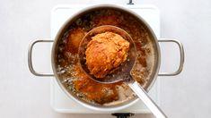 V zemi smažených řízků se do smaženého kuřete často nepouštíme. Přitom je tak jednoduché a tak dobré. Stačí si připravit pár porcí kuřete, směs na obalování a už to jede. Pokud budete kuře dělat poprvé, klidně začněte s kuřecími prsíčky, je to s nimi snazší (rychleji se prosmaží). Vždy ale pohlídejte minimální bezp… Kfc, Iron Pan, Toast, Ice Cream, Pudding, Beef, Breakfast, Desserts, Tube