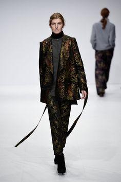 Pin for Later: Euer Überblick auf alle Trends der Berlin Fashion Week Barre Noire Brokat und metallische Akzente fand man bei Barre Noire.