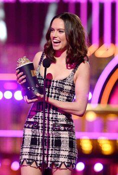 Daisy Ridley accepts an award at the 2016 MTV Movie Awards.
