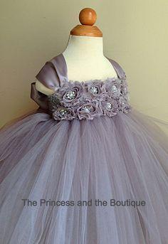 Gris vestido con flores de Gasa gris. por Theprincessandthebou