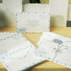 Nostalgische brievenset.  Set van 25 brieven die gebruikt kunnen worden als alternatief voor het traditionele gastenboek. Op de brieven kan geschreven worden, en een leuke wens of groet opgeschreven worden. Inclusief een instructie briefje dat als voorbeeld kan dienen.  Afmetingen: Uitgevouwen 15cm x 15cm Opgevouwen 15cm x 10cm  Enveloppendoos special delivery is er apart bij te bestellen.