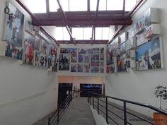 Uno de los lugares más impactantes del MIC es un mural lleno de fotografías de personajes quiteños. Puedes encontrar fotos de personajes conocidos o de personas anónimas que estaban en una calle cuando se tomo la fotografía.