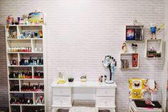 Papel de parede adesivo estilo parede de tijolos brancos. Produto que simula em estampa uma parede de tijolinhos branca, ideal para qualquer ambiente.