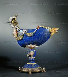 . Coupe en lapis-lazuli - Lapis Lazuli cup from Italy, 16th.  Mounted in gilt silver and enamelled gold,  Paris, around 1670.  42 x 33 cm  Diamonds of the Crown, MR 262