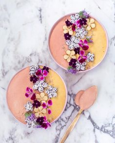 Smothie bowl Art 上的 VANELJA ✨ Healthy dream foods:「 Feeling like peach & mango. 🍑✨ Sending you lotz of sweet love with my flower bowls! Have been deeply attracted by yellow tones lately. Healthy Smoothies, Smoothie Recipes, Mango Smoothies, Healthy Drinks, Cute Food, Yummy Food, Healthy Food, Eating Healthy, Healthy Skin