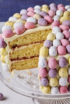 Beautiful vanilla sponge decorated with mini eggs recipes dessert recipes dessert brunch recipes dessert cake recipes dessert easy recipes dessert kids recipes dessert video Mini Eggs Cake, Easter Egg Cake, Easter Cake With Mini Eggs, Baking Recipes, Cake Recipes, Dessert Recipes, Pavlova, Sauce Creme, Desserts Ostern