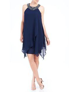 Faites une entrée remarquée en défilant dans notre sublime robe en mousseline. La garniture perlée met en valeur l'encolure en V pour créer une…